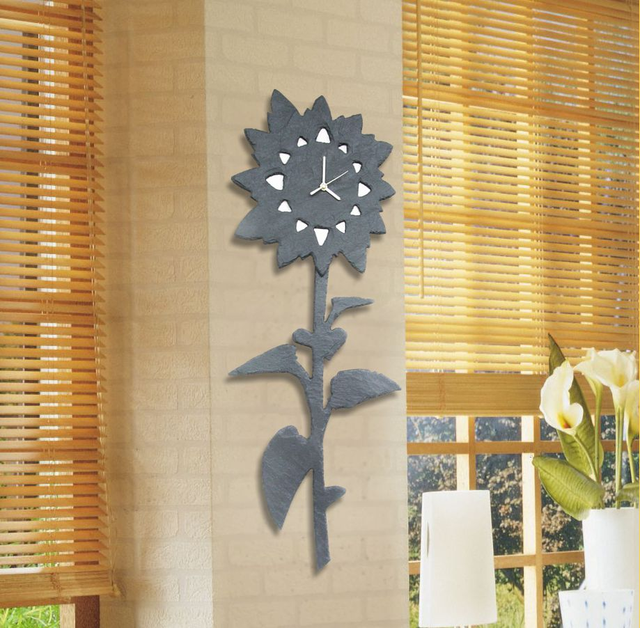 Handgefertigte Wanduhr aus Naturschiefer in Form einer Sonnenblume